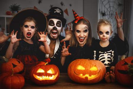 szczęśliwa rodzina matka ojciec i dzieci w stroje i makijaż na obchody Halloween Zdjęcie Seryjne