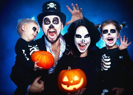 gelukkige familiemoeder vader en kinderen in kostuums en make-up op een viering van Halloween Stockfoto