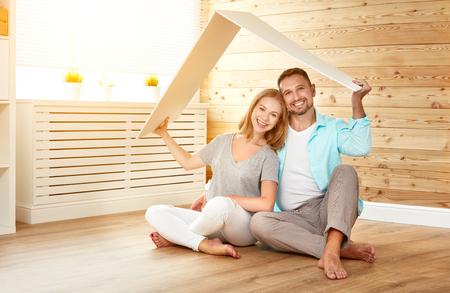 Concept dat een jong gezin huisvest. koppel in een nieuw huis Stockfoto - 87615763