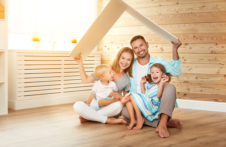 Concept dat een jong gezin huisvest. moeder vader en kinderen in een nieuw huis Stockfoto - 88264634
