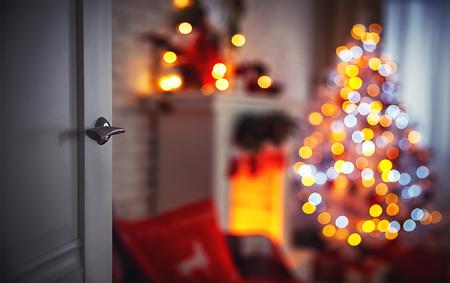 Boże Narodzenie wnętrze z kominkiem Choinka i otwarte drzwi