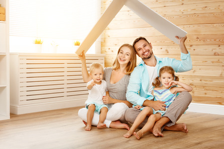 koncepcja mieszkania młodej rodziny. matka, ojciec i dzieci w nowym domu Zdjęcie Seryjne
