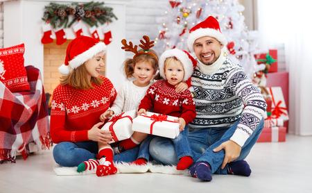 Pai de mãe de família feliz e filhos em casa na manhã de Natal Foto de archivo - 89274066