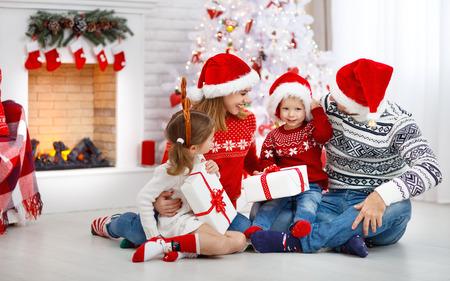 gelukkige familie moeder vader en kinderen thuis op kerstochtend