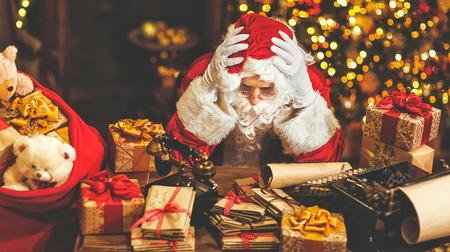 산타 클로스는 두통으로 스트레스를 받아 지쳤다.
