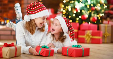 행복 한 가족 어머니와 딸 크리스마스 선물을주고 포용 스톡 콘텐츠