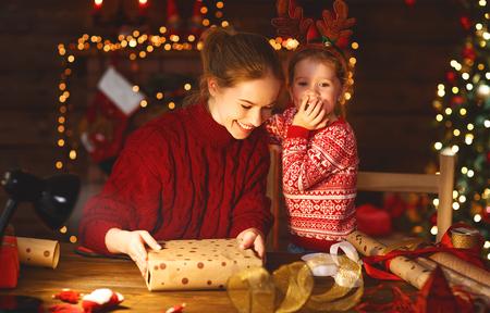 幸せな家族の母と子供パッククリスマスプレゼント 写真素材