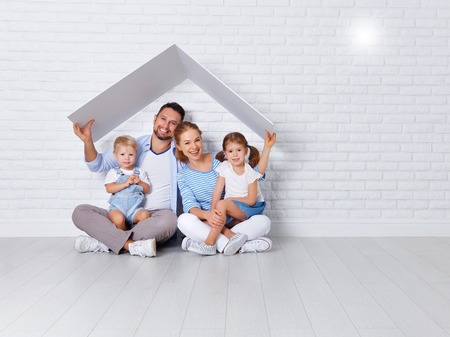 concept housing a young family. mother father and children in a new home Banque d'images