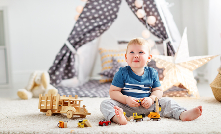 baby boy with toy cars in the children's playroom Foto de archivo - 94882333