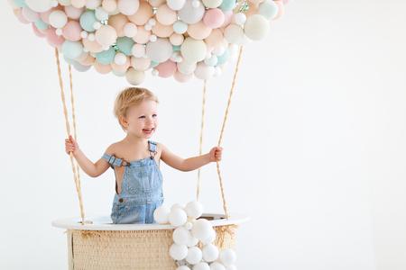 Schattige gelukkige babyjongen in een sprookjesachtige magische luchtballon Stockfoto - 100274902