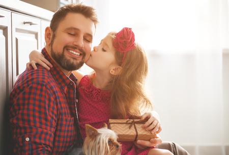 Vatertag. Glückliche Familientochter, die Vati eine Grußkarte am Feiertag gibt Standard-Bild
