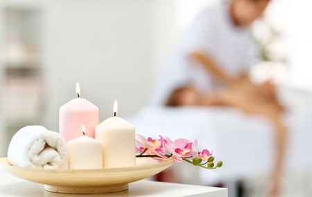 Composition of spa candles and white towels Imagens - 103906969