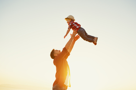 Fathers day. Happy family father and toddler son playing and laughing on nature at sunset Stockfoto