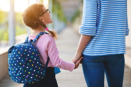 Eerste dag op school. moeder leidt een klein kind schoolmeisje in de eerste klas Stockfoto - 106439666