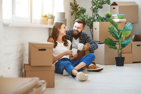 a happy young married couple moves to new apartment Banque d'images