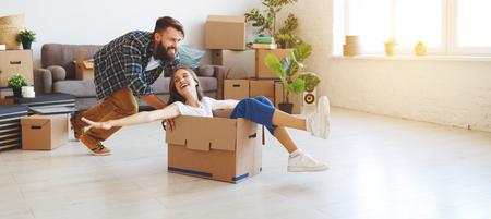 een gelukkig jong getrouwd stel verhuist naar een nieuw appartement Stockfoto