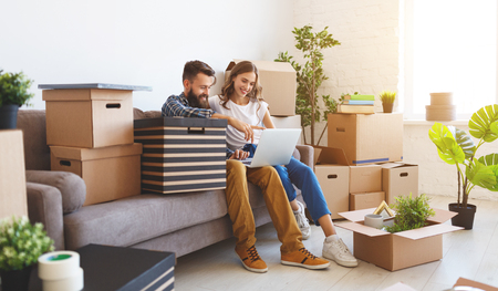 een gelukkig jong getrouwd stel verhuist naar een nieuw appartement