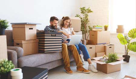 un heureux jeune couple marié déménage dans un nouvel appartement