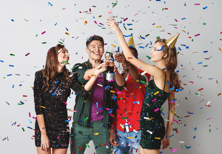 fiesta corporativa amigos felices bailando con confeti y champán