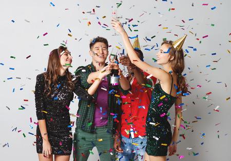 Firmenfeier glückliche Freunde tanzen mit Konfetti und Champagner