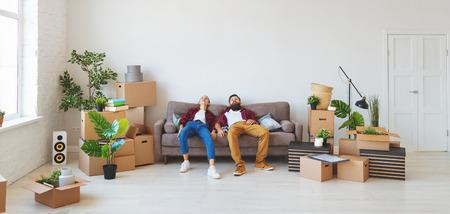 Ein glückliches junges Ehepaar zieht in eine neue Wohnung