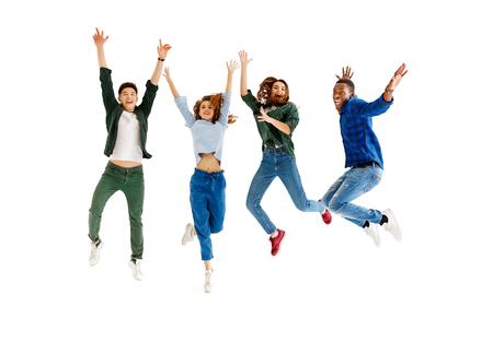 Grupo de jóvenes alegres hombres y mujeres multinacional aislado sobre fondo blanco.