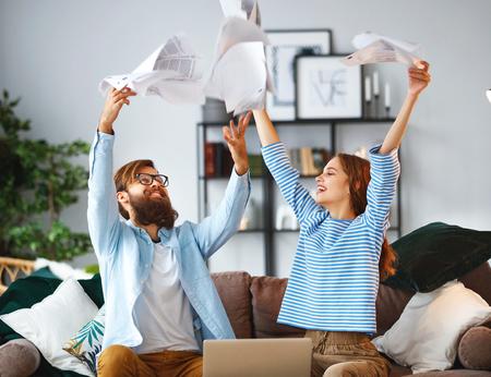 małżeństwo z rachunkami, dokumentami i laptopem w domu