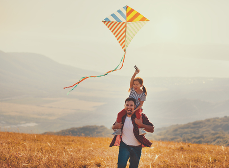 happy family father and child daughter launch a kite on meadow Banque d'images