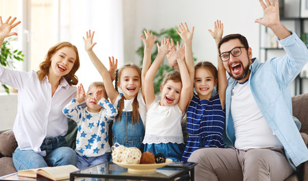Gelukkige grote familie moeder, vader en kinderen zonen en dochters thuis Stockfoto