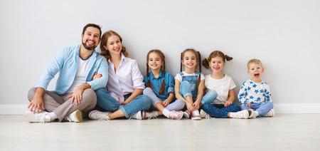 Gelukkig grote familie moeder, vader en kinderen zonen en dochters op witte achtergrond