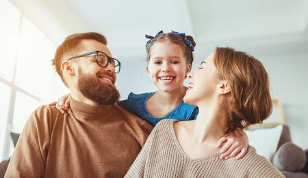 Gelukkige familie moeder, vader en kind dochter lachen en plezier maken thuis