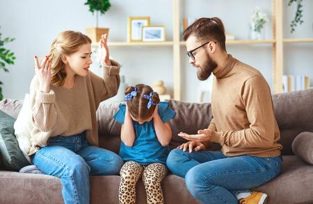 Una disputa familiar, el divorcio, los padres y el niño juran, conflicto Foto de archivo
