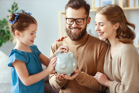 Risparmi familiari, pianificazione del budget, paghetta per bambini. Famiglia con salvadanaio salvadanaio