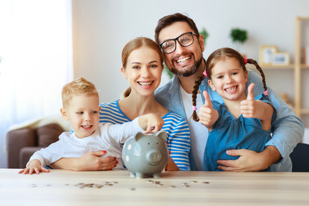 Financiële planning gelukkige familie moeder vader en kinderen met spaarvarken thuis