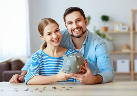 Planowanie finansowe szczęśliwa para rodzinna ze skarbonką w domu