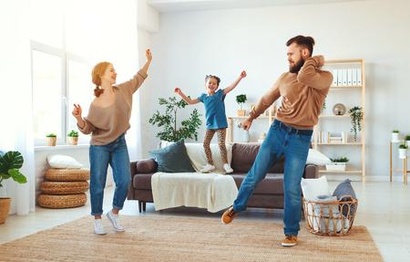 familia feliz, madre, padre e hija, niño, bailando, en casa Foto de archivo