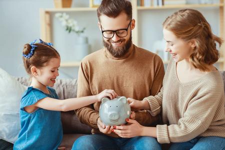 Ahorros familiares, planificación presupuestaria, dinero de bolsillo de los niños. Familia con hucha hucha