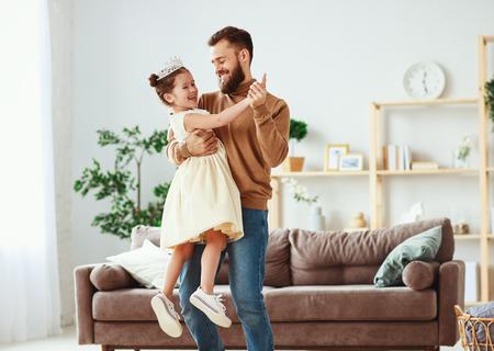 父亲节快乐!父女公主在家里跳舞