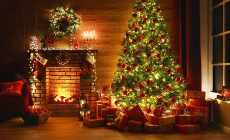 natale interno. albero magico incandescente, camino, regali nel buio di notte