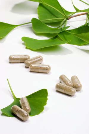 doses: Ginkgo Biloba extract pillen en vers Ginkgo Biloba bladeren meest geschikt voor de leeftijd van mensen alternatieve geneeskunde advertenties Stockfoto