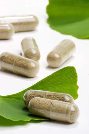doses: Close-up van Ginkgo Biloba extract pillen en vers Ginkgo Biloba bladeren meest geschikt voor de leeftijd van mensen alternatieve geneeskunde advertenties