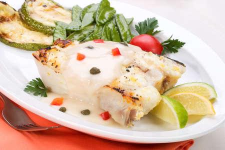 alcaparras: Flet�n asado con alcaparras y pimienta servido con salsa de lim�n, lima, tomate y guisantes