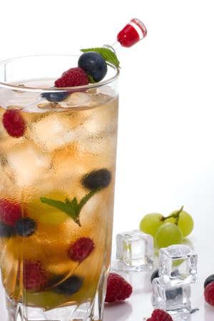 verm�: Vaso de Kew Punch c�ctel - vodka, vermouth dulce, ginebra, brandy de cereza, naranja Curacao y una variedad de frutas de verano con ginger ale y espumosos limonada  Foto de archivo