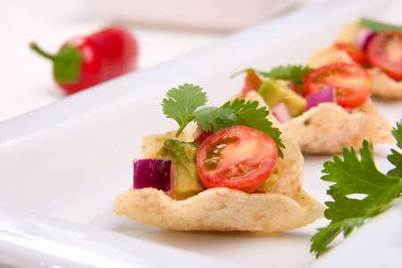 corn tortillas: Chips de tortilla de ma�z relleno con salsa fresca de tomates cherry. Foto de archivo