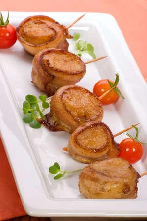 Ginger soja Scallops omsloten door spek gegarneerd met verse cherry tomaten en rammenas bestaan.