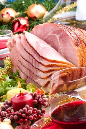 buffet food: Cuadro de vacaciones con todo el delicioso jam�n cocido en rodajas, marinado pimientos, tomates cherry, ensalada de hortalizas y vasos de vino tinto. La decoraci�n de Navidad, velas, adornos de todo.