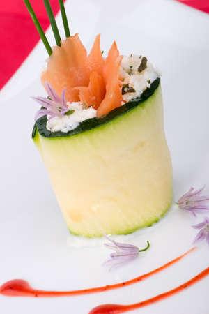 queso de cabra: De cerca de Zucchini rollo con salm�n ahumado y queso de cabra herbed. Cebolleta fresca.