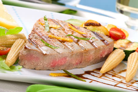 Juicy delicious Citrus-peppercorn-spiked grilled tuna steak with grilled vegetables 版權商用圖片