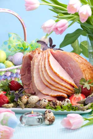 quaglia: Miele di prosciutto di Pasqua tavola con uova di quaglia, tulipani e decorazione