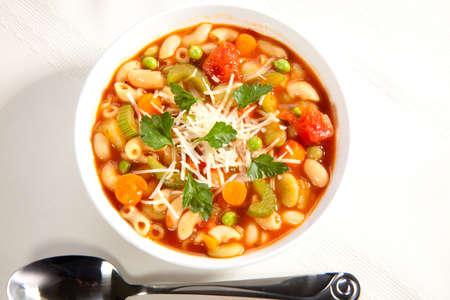 Closeup van de kom warme verse Minestrone soep